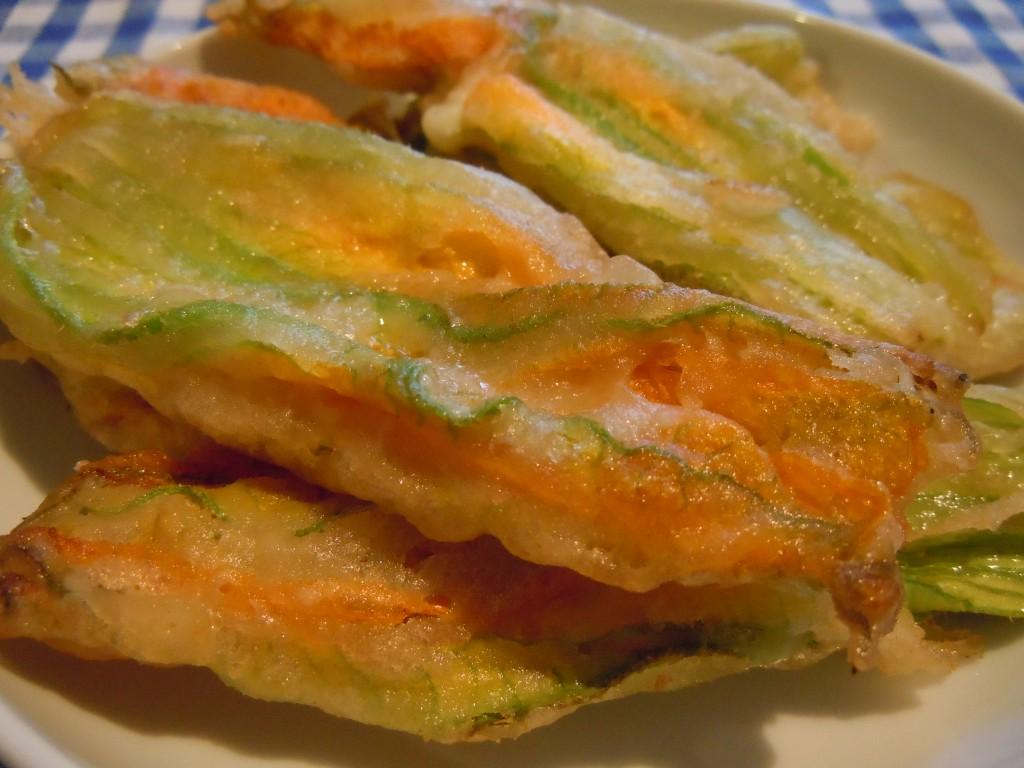Fiori di zucchina fritti ripieni – Gevulde en gefrituurde courgettebloemen
