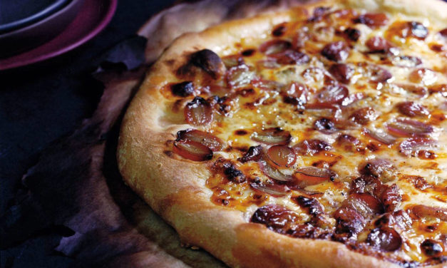 Pizza con uva bianca e nera, rosmarino, pinoli e ricotta – Pizza met witte en rode druiven, rozemarijn, pijnboompitten en ricotta