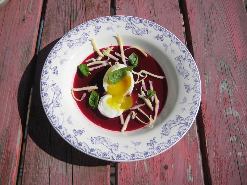 Zacht gekookt eitje met rode bietengelei