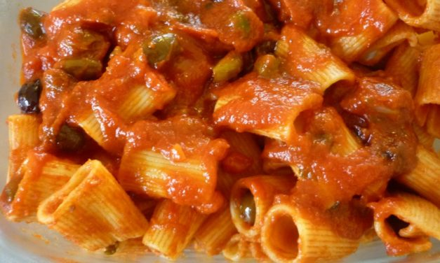 Maccheroni ai pomodori e capperi – Maccheroni met tomaten en kappertjes