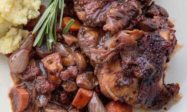 Pollo al vino rosso in casseruola – kip met rode wijn in het pannetje