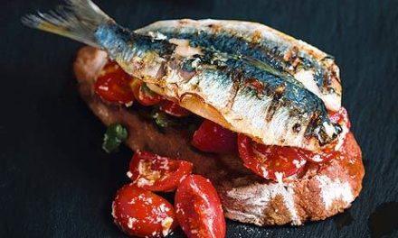 Pane tostato con sarde e pomodori – Sardines en tomaten op toast